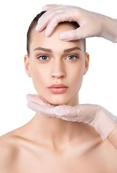 Mooie jonge vrouw met schone huid. gezichtsbehandeling