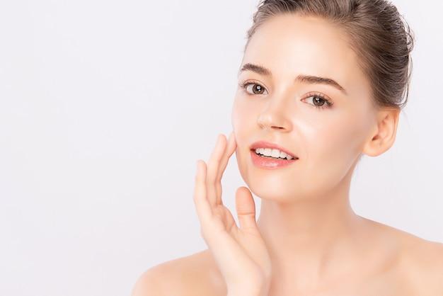 Mooie jonge vrouw met schone huid, gezichtsverzorging, gezichtsbehandeling. cosmetologie, schoonheid en spa.