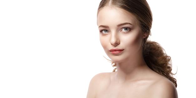 Mooie jonge vrouw met schone huid op wit