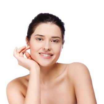 Mooie jonge vrouw met schone huid van het gezicht