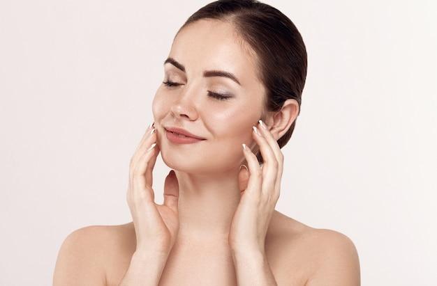 Mooie jonge vrouw met schone huid Premium Foto
