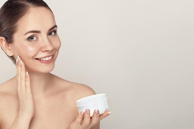 Mooie jonge vrouw met schone huid