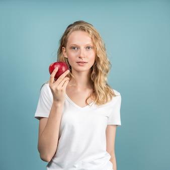 Mooie jonge vrouw met schone jonge frisse huid zonder make-up