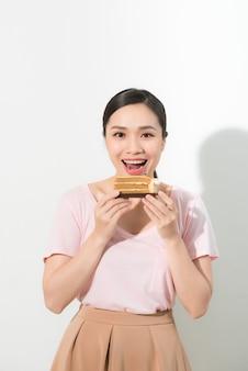 Mooie jonge vrouw met smakelijke cake - geïsoleerd op wit