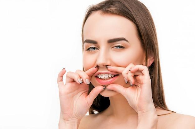 Mooie jonge vrouw met tandensteunen