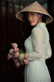 Mooie jonge vrouw met traditionele vietnamese cultuurkleding vietnam