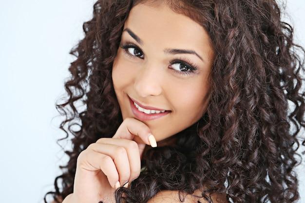 Mooie jonge vrouw met zwart krullend haar