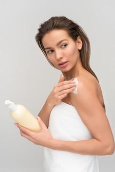 Mooie jonge vrouw na douche