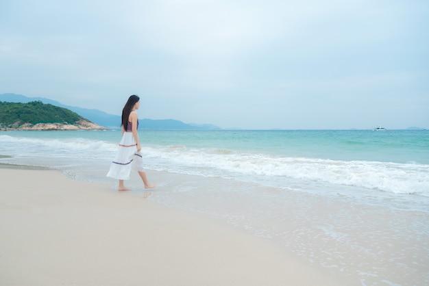 Mooie jonge vrouw ontspannen op het strand