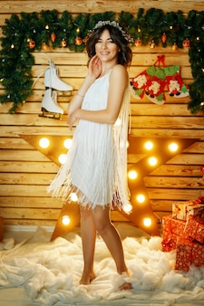 Mooie jonge vrouw op de achtergrond van lichten