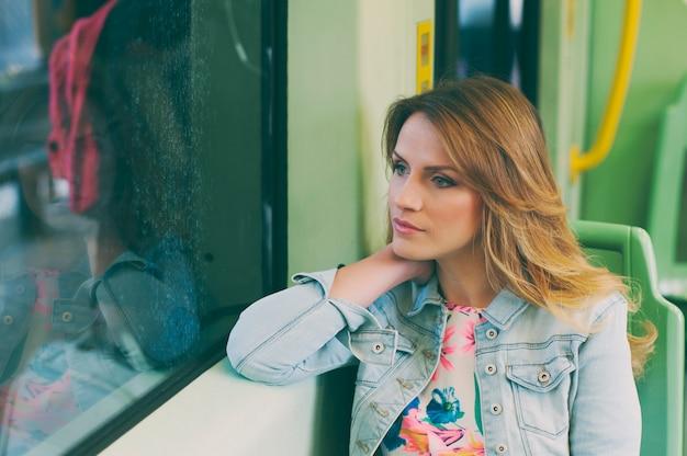 Mooie jonge vrouw op een tram / tram, tijdens haar toeristische reis