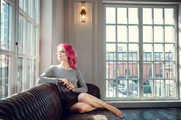 Mooie jonge vrouw poseren in fotostudio met natuurlijk licht. jong en sexy