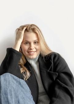 Mooie jonge vrouw poseren