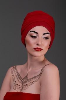 Mooie jonge vrouw, rode lippen kijken mysterieuze blik in de zijkant