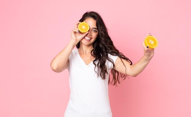 Mooie jonge vrouw. sinaasappelsap concept