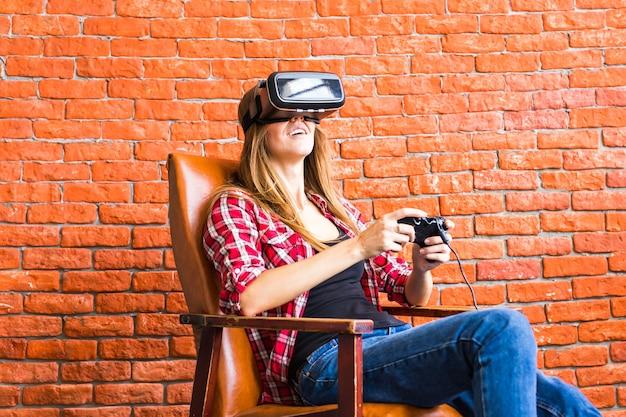 Mooie jonge vrouw speelspel in virtual reality-bril.