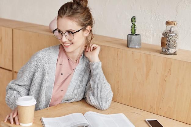 Mooie jonge vrouw thuis studeren