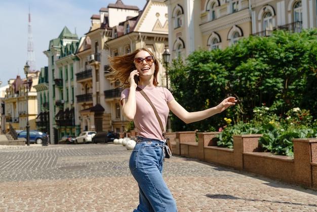 Mooie jonge vrouw toeristische in het centrum praten aan de telefoon.