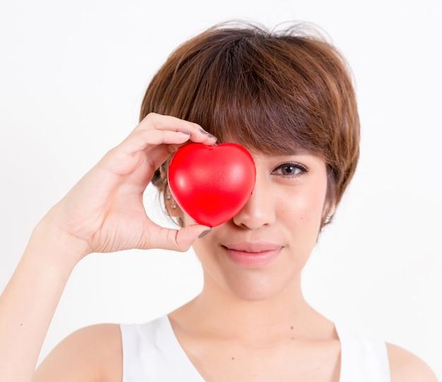 Mooie jonge vrouw van azië met rood hart.