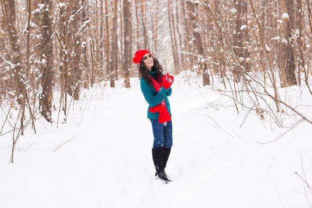Mooie jonge vrouw wandelen in de winter besneeuwde natuur