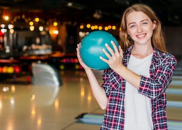 Mooie jonge vrouwen die een kegelenbal houden