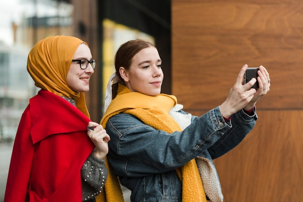 Mooie jonge vrouwen die een selfie nemen