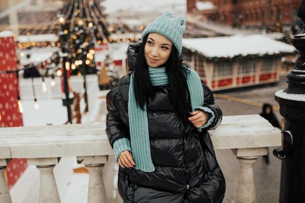 Mooie jonge vrouwen die genieten van een wintervakantie op de kerstmarkt