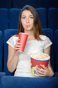 Mooie jonge vrouwen die popcorn eten.