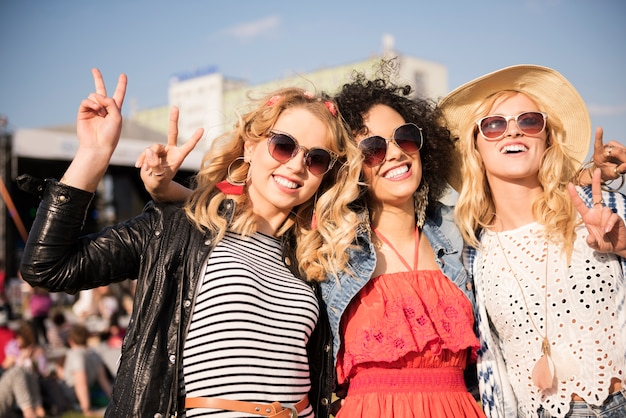 Mooie jonge vrouwen die samen plezier hebben
