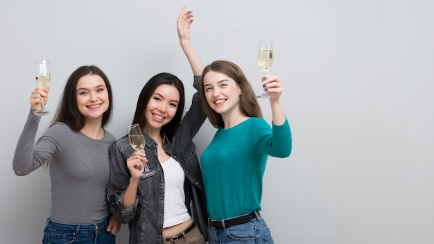 Mooie jonge vrouwen die samen vieren