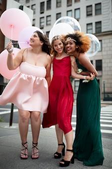 Mooie jonge vrouwen in hun afstudeerjurken