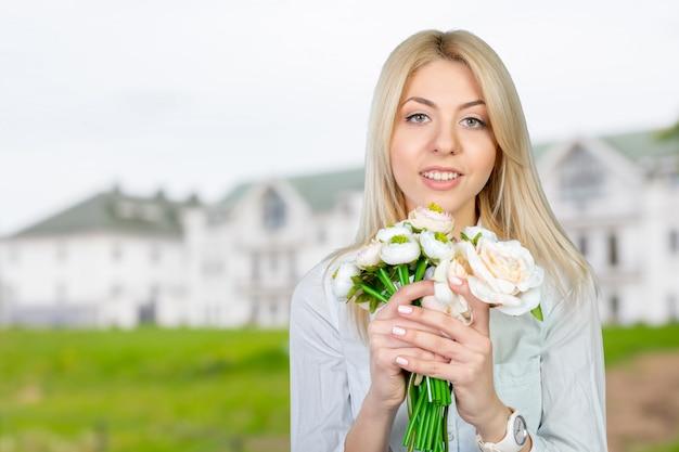 Mooie jonge vrouwen met bloemen