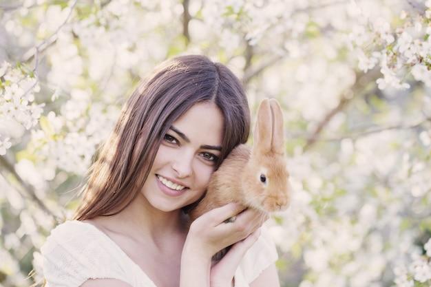 Mooie jonge vrouwen met konijn