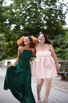 Mooie jonge vrouwen op hun afstudeerfeest