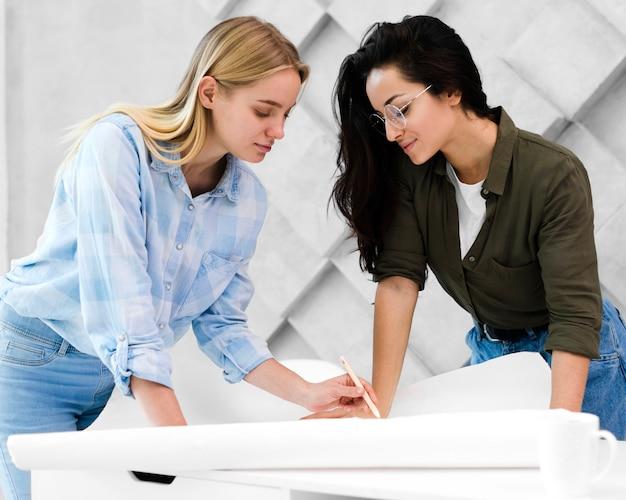 Mooie jonge vrouwen samen te werken