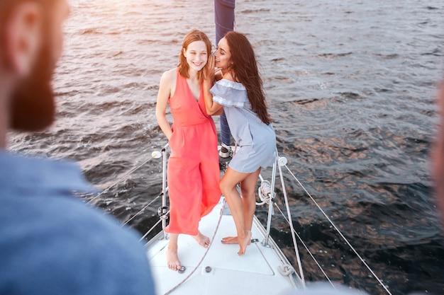 Mooie jonge vrouwen staan samen en poseren