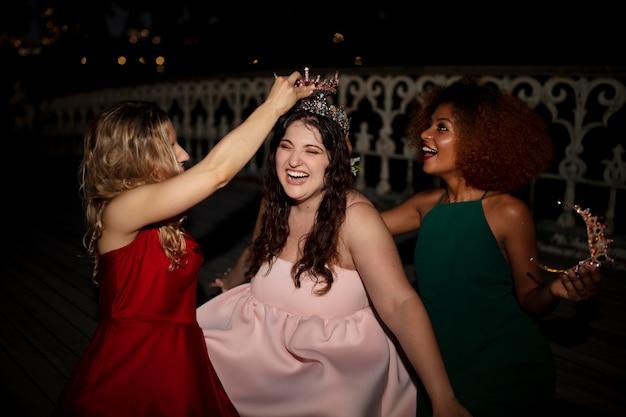 Mooie jonge vrouwen tijdens hun afstudeeravond