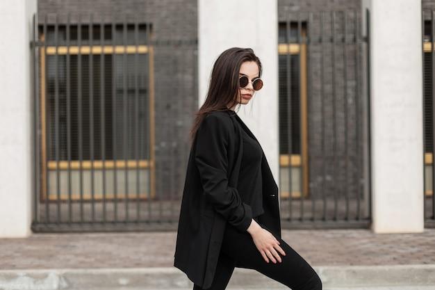 Mooie jonge zakenvrouw in de stad