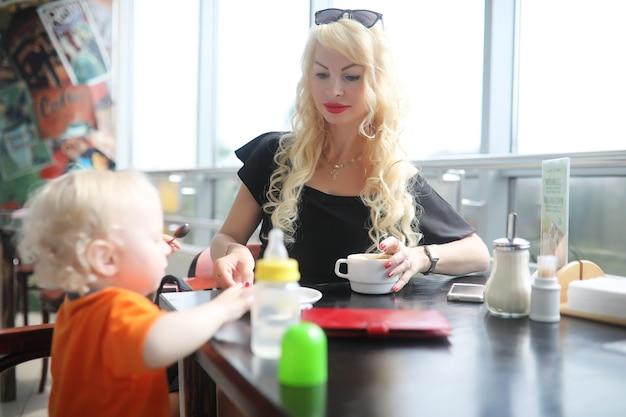 Mooie jonge zakenvrouw in werkpauze tijdens de lunch?