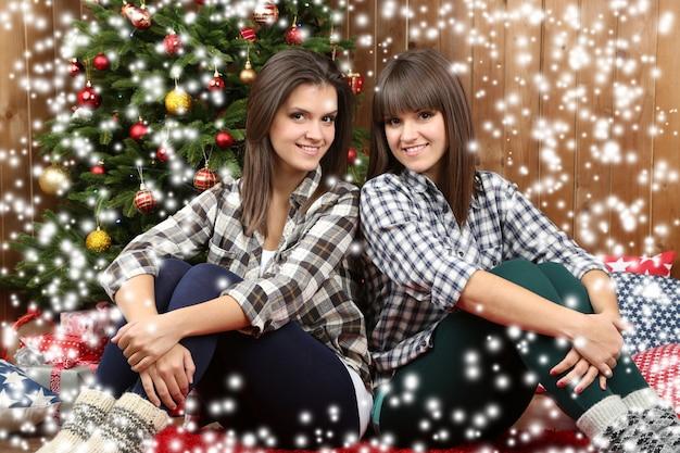 Mooie jonge zussen tweeling. kerstmis en nieuwjaar