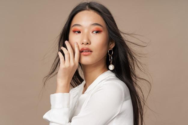 Mooie jongerenmodellen die, schoonheidsconcept, manierportret stellen