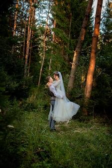 Mooie jonggehuwden paar wandelen in het bos