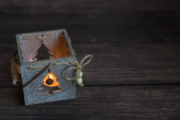 Mooie kaars voor een gezellig huis, een houten kandelaar