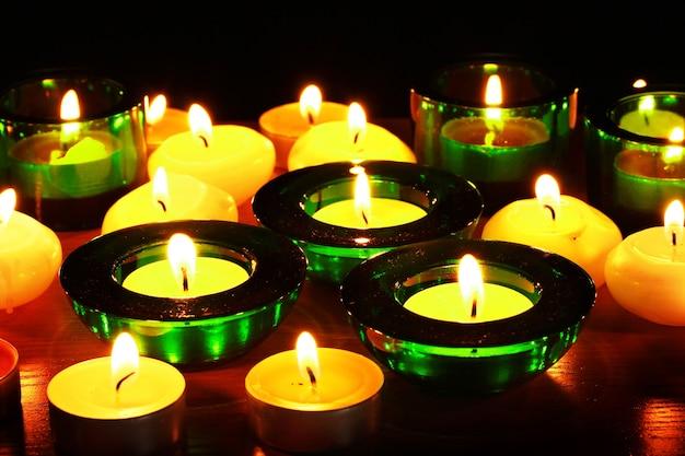 Mooie kaarsen en decor op houten tafel