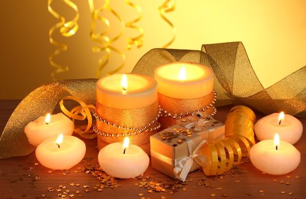 Mooie kaarsen, geschenken en decor op houten tafel
