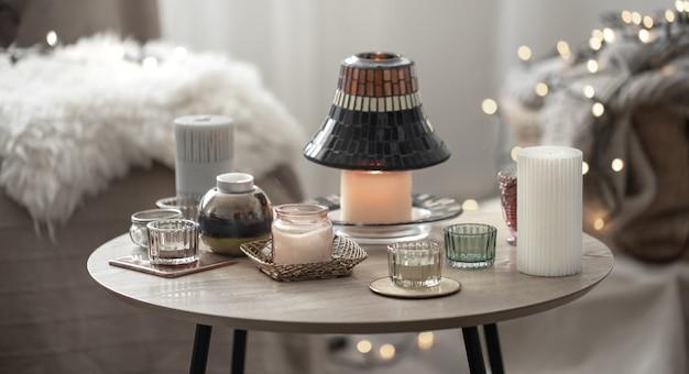 Mooie kaarsen in de scandinavische stijl op een onscherpe achtergrond met bokeh.