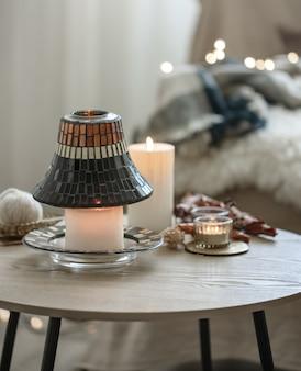 Mooie kaarsen in de scandinavische stijl op een onscherpe achtergrond van het interieur.