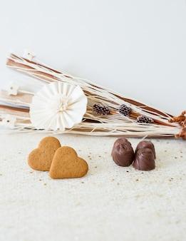 Mooie kaart met bloemendecoratie en chocolade voor valentijnskaartendag