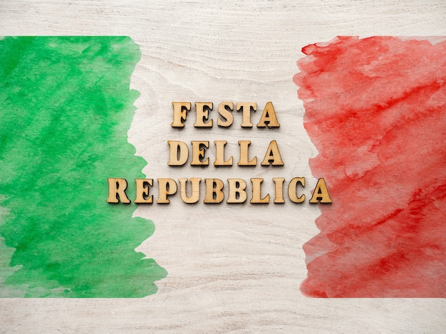 Mooie kaart met de afbeelding van de italiaanse vlag. close-up, weergave van bovenaf. vakantieconcept.