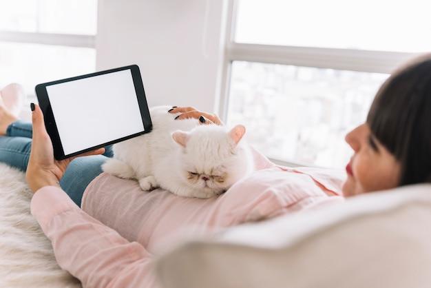 Mooie kattensamenstelling met technologisch apparaat